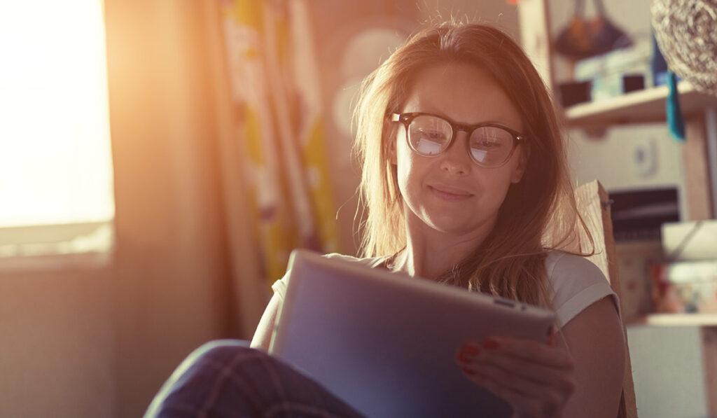 Eine Frau blickt auf ein Tablet