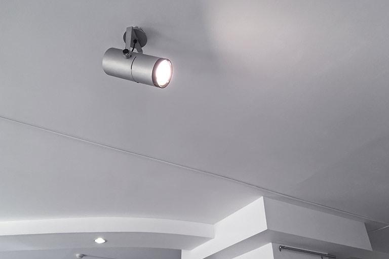 Halogenlampe an einer Wanddecke
