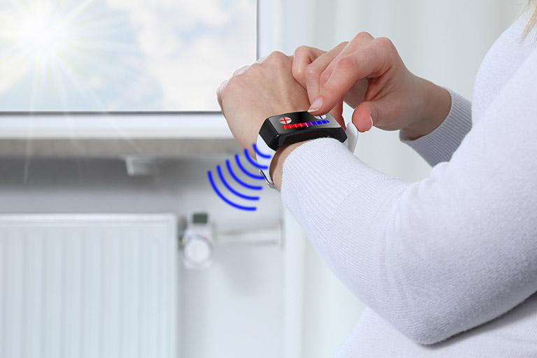Eine Heizung wird per Armband kontrolliert