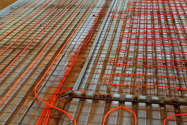 Kabel einer Heizungsanlage im Boden