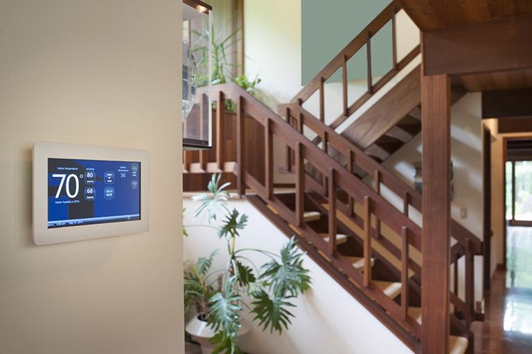 Smarthome-System an einer Wand
